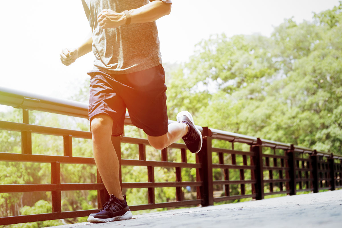 Man jogging after stem cell injection for elbow and knee pain (source: freepik.com)