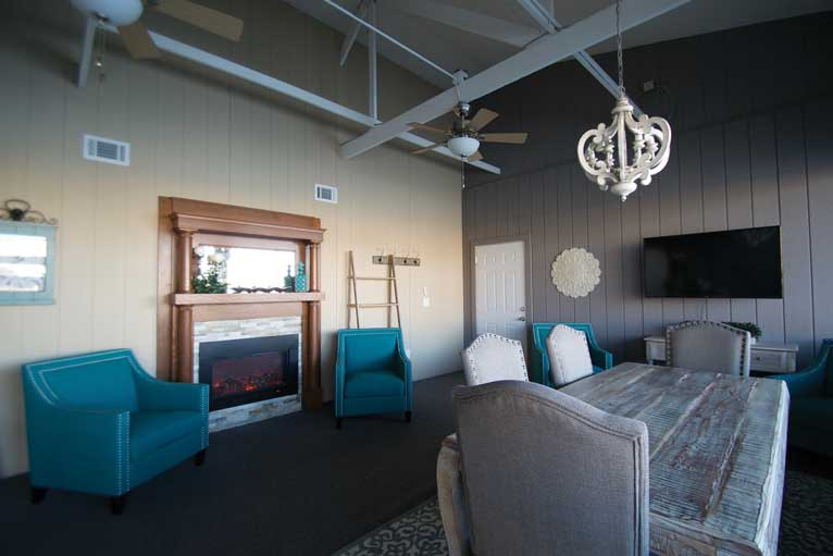 The Lodge at The Willows features a meeting room or a separate room for the bridal party to prepare