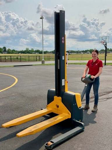 SY-NEW HIRE KELSIE FINCH ENGAGING FORKLIFT