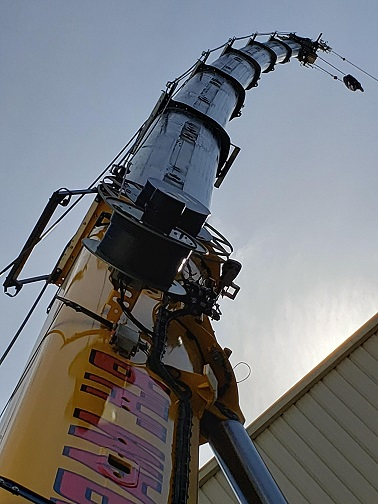 KD-KNAUF crane 3 143' of boom and jib flexes this much with a 1200 lbs. load